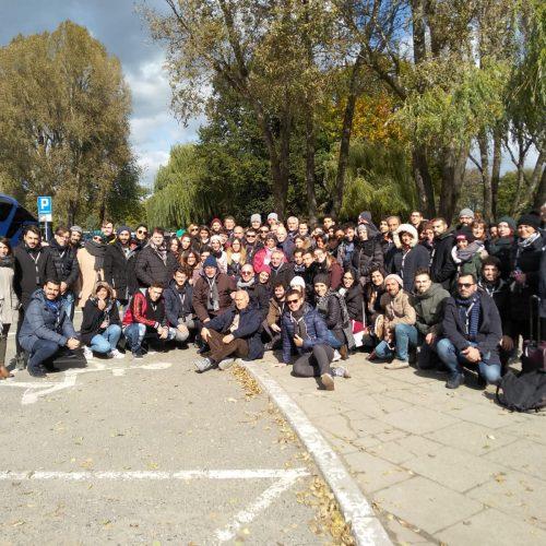 La foto conclusiva del lungo e intenso viaggio: 100 giovani con Sami Modiano.