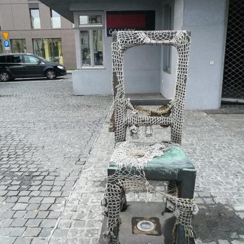 La storia ricordata e celebrata con un allestimento di sedie: a Cracovia, la piazza delle sedie di bronzo.