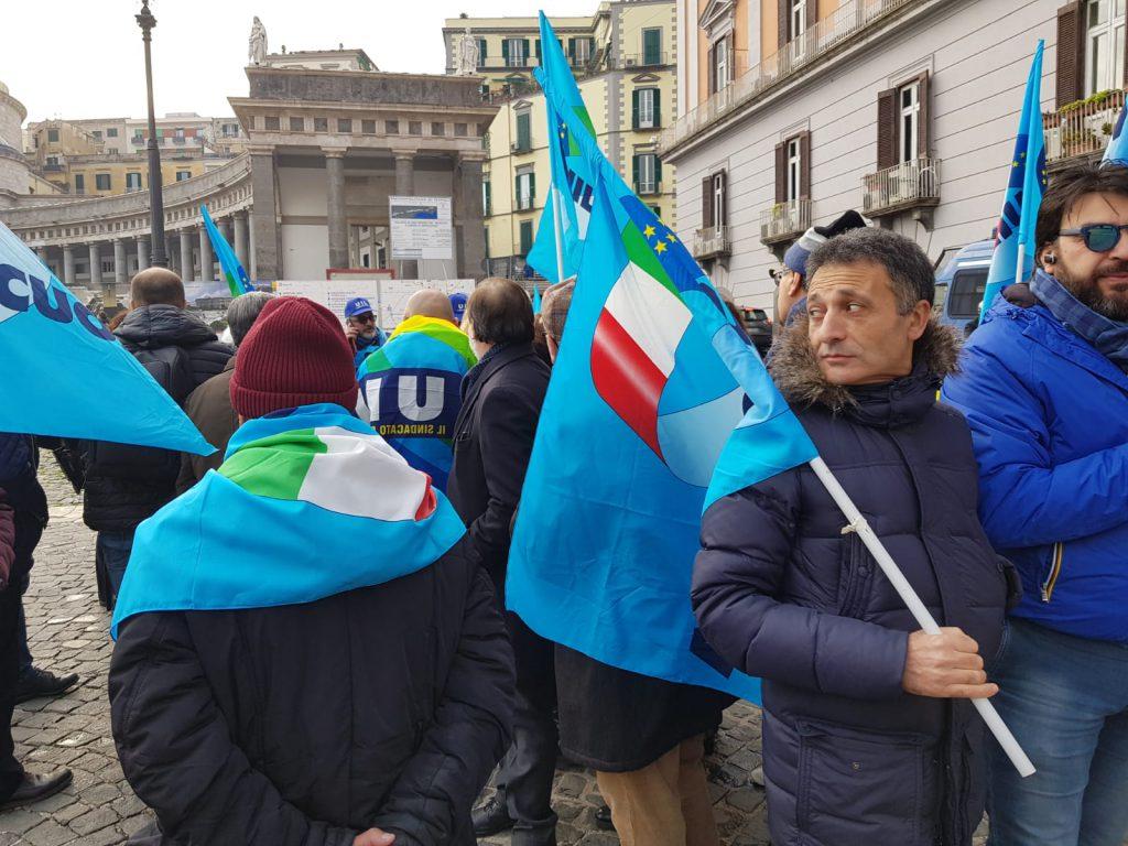 Manifestazione dei precari davanti alla Prefettura a Napoli